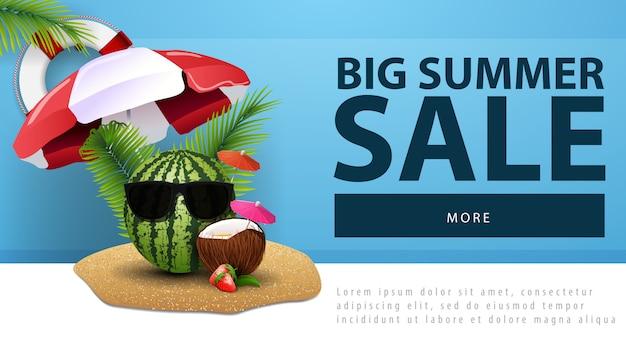 Grande vendita estiva, banner web sconto con anguria in bicchieri