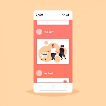Grasso coppia sovrappeso spingendo carrello carrello uomo obeso donna acquisto prodotti nel negozio di alimentari nutrizione sana perdita di peso concetto smartphone schermo mobile app online