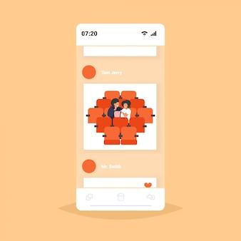 Grasso obeso coppia seduta al cinema sovrappeso uomo donna guardare film mangiare popcorn malsano nutrizione obesità concetto smartphone schermo online applicazione mobile ritratto
