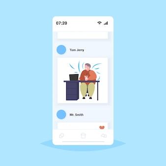 Grasso uomo d'affari obeso bere cola sul posto di lavoro in sovrappeso sorridente uomo d'affari nutrizione malsana obesità concetto smartphone schermo app mobile online