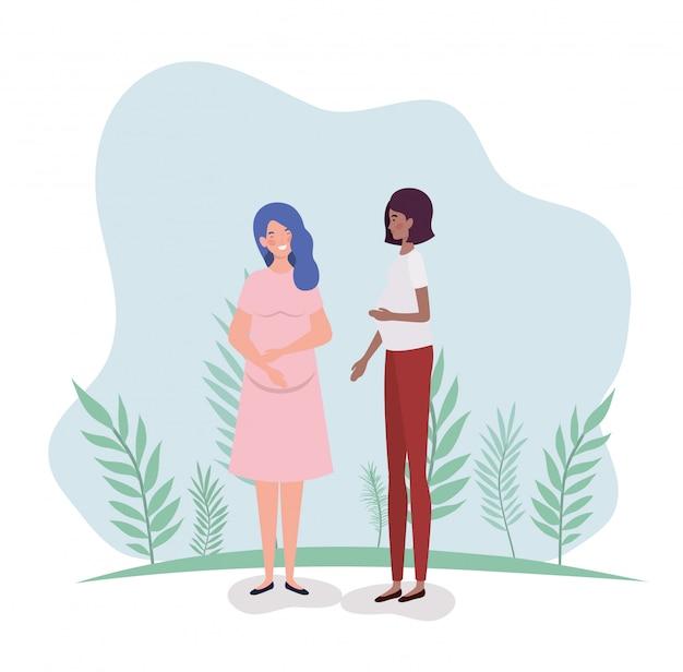 Gravidanza interrazziale sveglia delle donne nel paesaggio