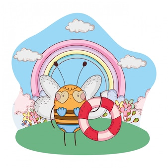Graziosa piccola ape con costume da bagno e galleggiante nel campo