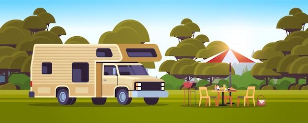 Griglia all'aperto con tavolo da picnic e rimorchio da campeggio estate barbecue partito campeggio paesaggio sfondo orizzontale piatta