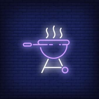 Griglia del barbecue con l'insegna al neon del fumo