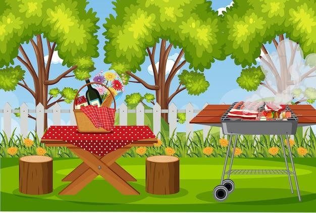 Griglia per barbecue e cibo sul tavolo da picnic nel parco