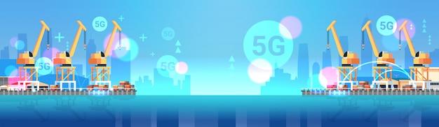 Gru industriali del porto marittimo nell'illustrazione orizzontale piana dell'insegna del collegamento senza fili online di concetto 5g del trasporto di consegna dell'acqua del cantiere navale