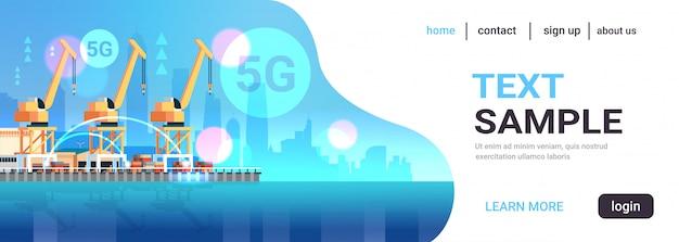 Gru industriali del porto marittimo nello spazio orizzontale piano della copia del collegamento senza fili online di concetto 5g del trasporto di consegna dell'acqua del cantiere navale