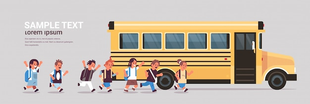 Gruppo di alunni con zaini che camminano per ingiallire autobus di nuovo allo spazio orizzontale piano integrale della copia di concetto del trasporto dell'allievo della scuola