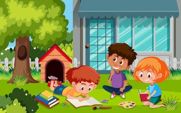 Gruppo di bambini che fanno attività nel giardino