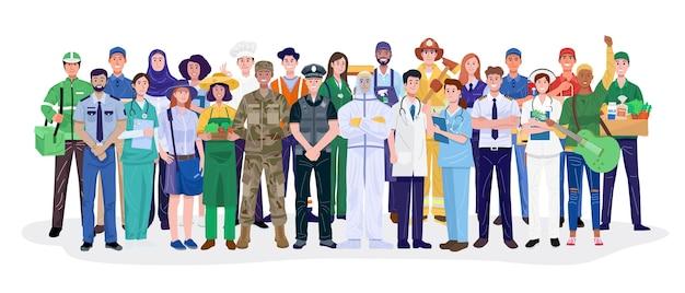 Gruppo di diverse professioni in piedi su sfondo bianco.