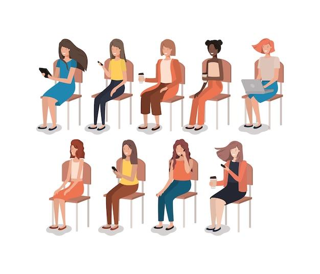 Gruppo di donne che utilizzano smartphone seduto in poltrona