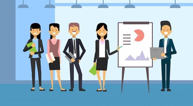 Gruppo di gente di affari che conduce presentazione