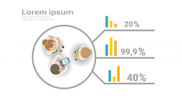 Gruppo di gente di affari che lavora insieme sul punto di vista superiore di creative infographic del rapporto finanziario team top view