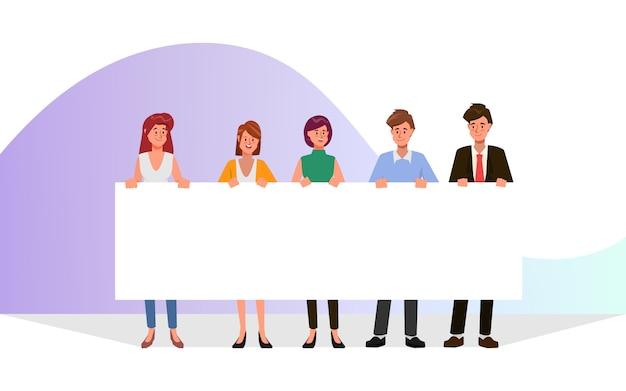 Gruppo di gente di affari lavoro di squadra che tiene il grande carattere dello spazio in bianco dell'insegna.
