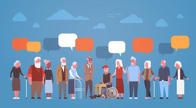 Gruppo di gente senior con la bolla di chiacchierata nonno e nonna integrale