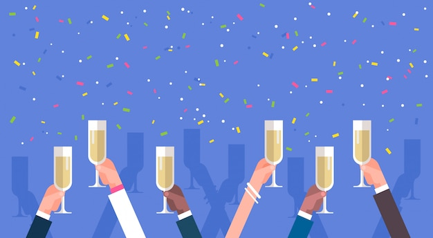 Gruppo di mani dell'uomo di affari che tengono champagne glasses success concept di concetto