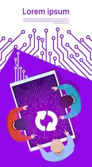 Gruppo di persone al gruppo di programmatori di sistema di software di aggiornamento della compressa di digital