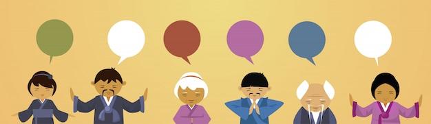Gruppo di persone asiatiche in abiti tradizionali con chat bubble women