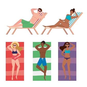 Gruppo di persone con costume da bagno con sedia spiaggia e asciugamano, stagione delle vacanze estive