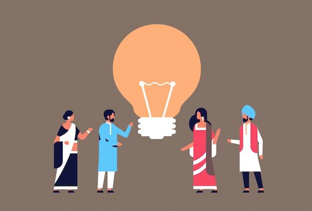 Gruppo di persone indiane brainstorming bandiera nuova innovazione lampada luce idea