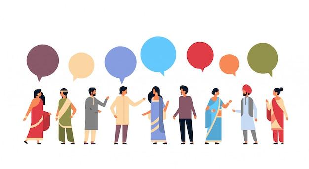 Gruppo di persone indiane indossando la bandiera nazionale vestiti tradizionali