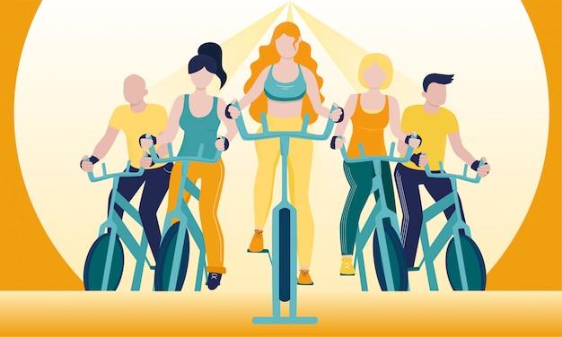 Gruppo di persone senza volto su cyclette in classe di spinning.