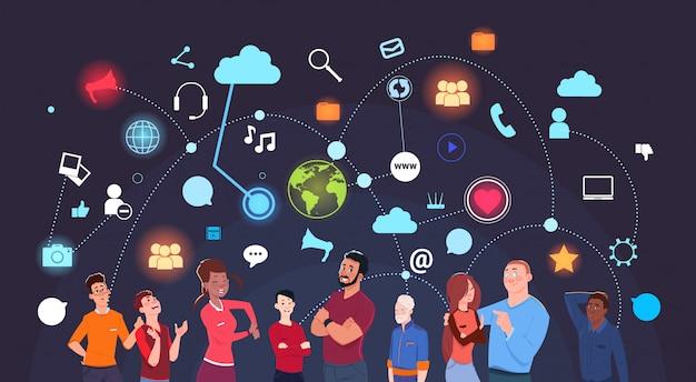 Gruppo di persone sopra internet sociale del fondo delle icone di media e concetto moderno di tecnologia