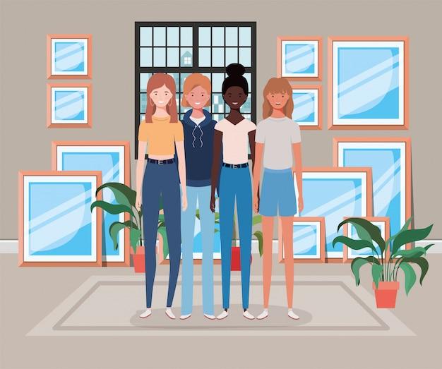 Gruppo di ragazze interrazziali giovani e belle in casa