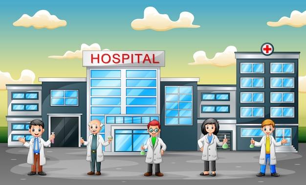 Gruppo di scienziati professionisti in piedi di fronte all'ospedale