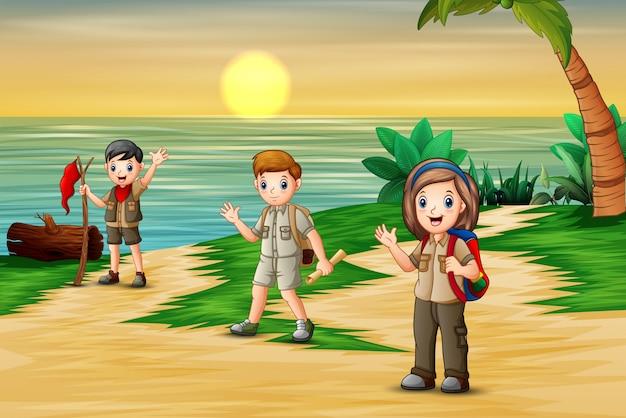 Gruppo di scout sullo sfondo spiaggia