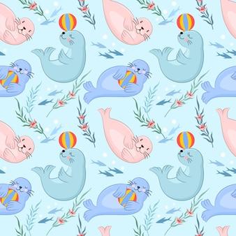 Gruppo di simpatici cartoni animati di foca gioca con la palla in acqua blu.