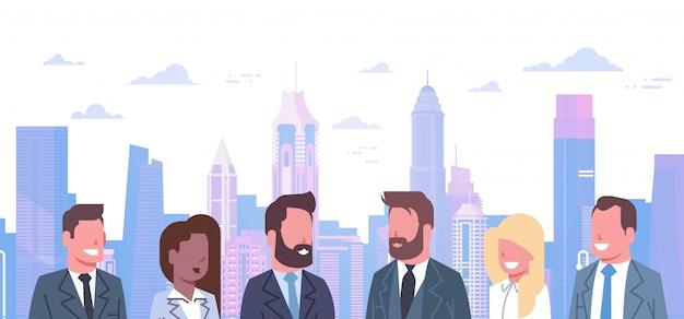 Gruppo di uomini d'affari sul concetto di sfondo città moderna team of successful businessmen and busi
