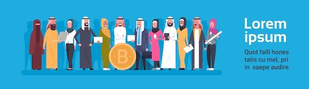 Gruppo di valuta cripto di bitcoin di gente araba sopra l'insegna orizzontale dorata della moneta di cryptocurrency di digital