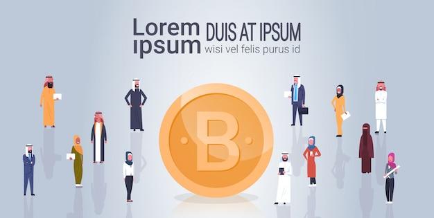 Gruppo di valuta di bitcoin crypto di gente araba sopra l'insegna dorata del modello della moneta di criptovaluta digitale