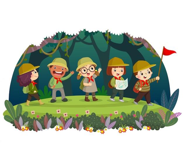 Gruppo di viaggiatori di capretto con zaino escursionismo nella foresta. i bambini hanno un'avventura estiva all'aria aperta.