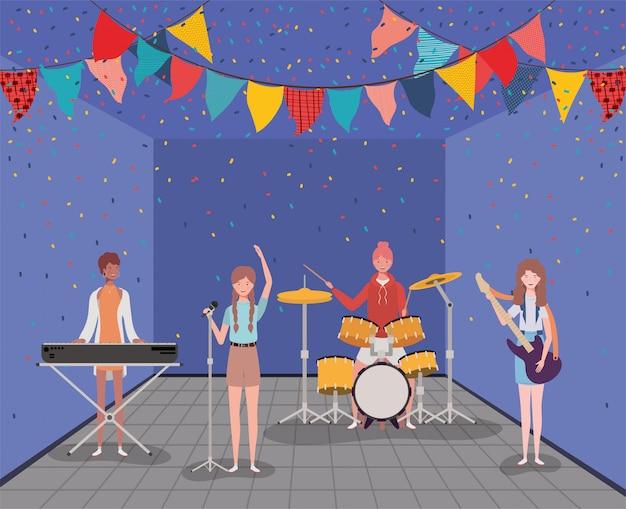 Gruppo interrazziale di donne che suonano i personaggi degli strumenti