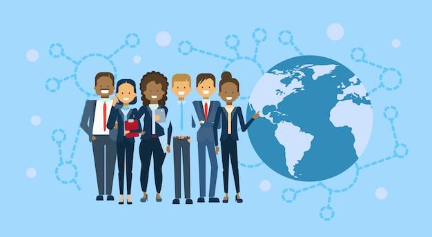 Gruppo vario di persone di affari sopra il globo della mappa di mondo