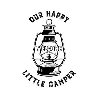 Happy camper badge con citazione del nostro piccolo emblema da campeggio e lanterna da campeggio.