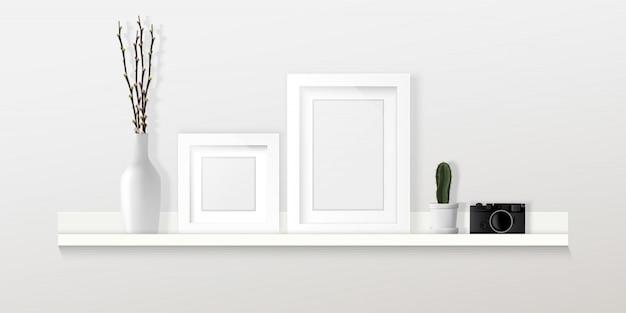 Home interior design, cornici, fotocamera e decorazioni sulla mensola sul muro bianco, infografica mobili.