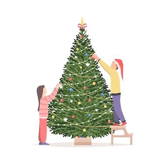 I bambini decorano l'albero di natale