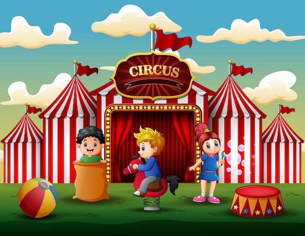 I bambini dei cartoni animati si divertono sul divertimento