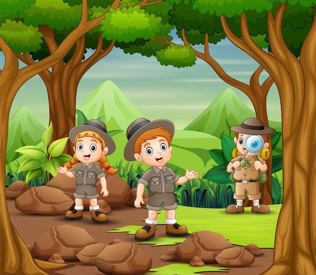 I bambini dell'esploratore esplorano la foresta