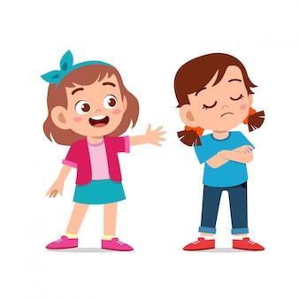 I bambini discutono di combattere con un amico