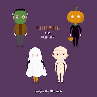 I bambini divertenti e svegli del costume di halloween hanno messo con fondo porpora