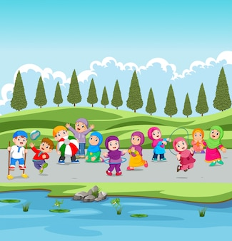 I bambini ei loro genitori sono in vacanza nel giardino vicino al fiume