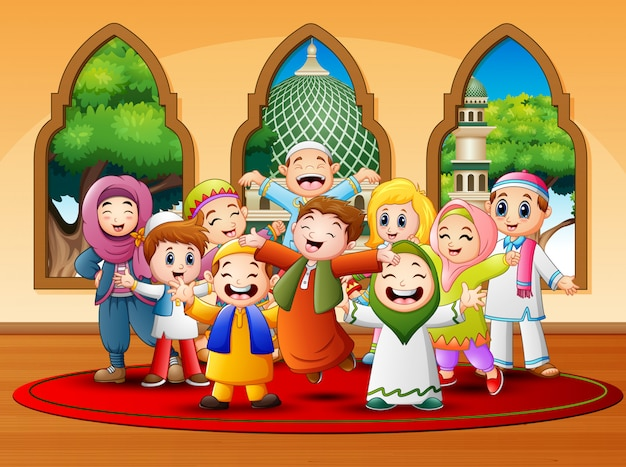 I bambini felici festeggiano per eid mubarak alla moschea