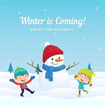 I bambini felici saltano e si divertono a giocare con il grande pupazzo di neve vestito carino nella cartolina d'auguri di stagione invernale