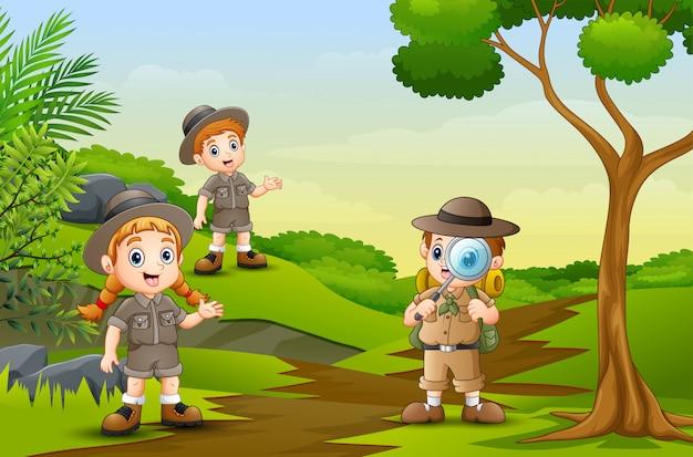 I bambini felici stanno esplorando nella natura