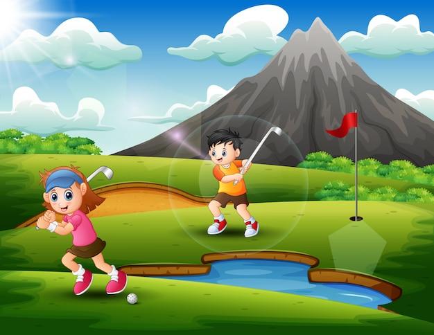 I bambini giocano a golf nella splendida natura
