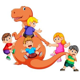 I bambini giocano e tengono il corpo del tirannosauro rex